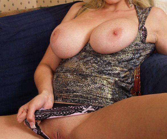 Αθηνά με πλούσιο πανέμορφο στήθος στο χώρο της  6941537182 - Εικόνα2